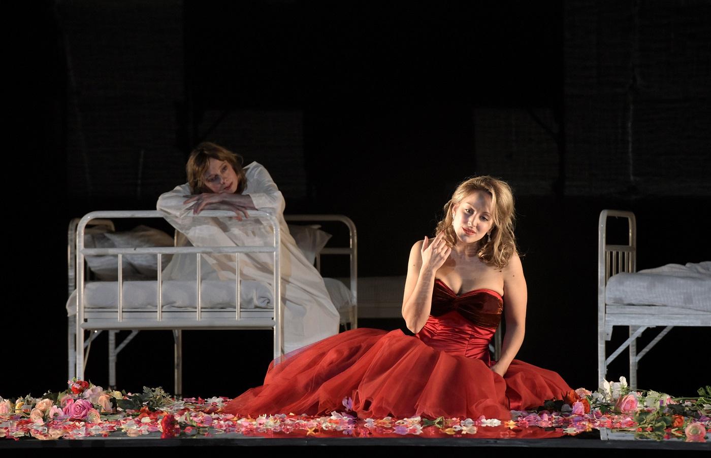 """""""La Traviata"""" au Théâtre des champs-Elysées (19.11.2018) : Vannina Santoni (Violetta) / © Vincent Pontet"""