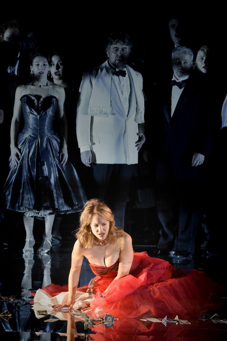 """""""La Traviata"""" au Théâtre des Champs-Elysées (19.11.2018) : Vannina Santoni (Violetta) & Marc Barrard (Baron Douphol) / © Vincent Pontet"""