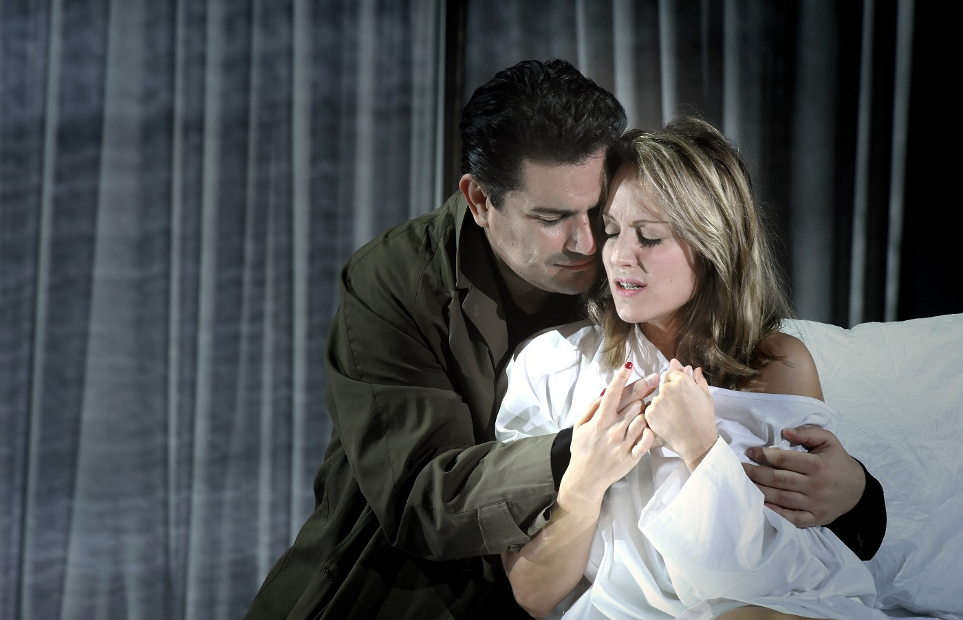 """""""La Traviata"""" au Théâtre des champs-Elysées (19.11.2018) : Saimir Pirgu (Alfredo) & Vannina Santoni (Violetta) / © Vincent Pontet"""