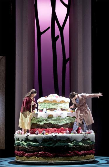 Quand une sorcière confectionne un gros gâteau ! © Opéra National de Paris / Monika Rittershaus