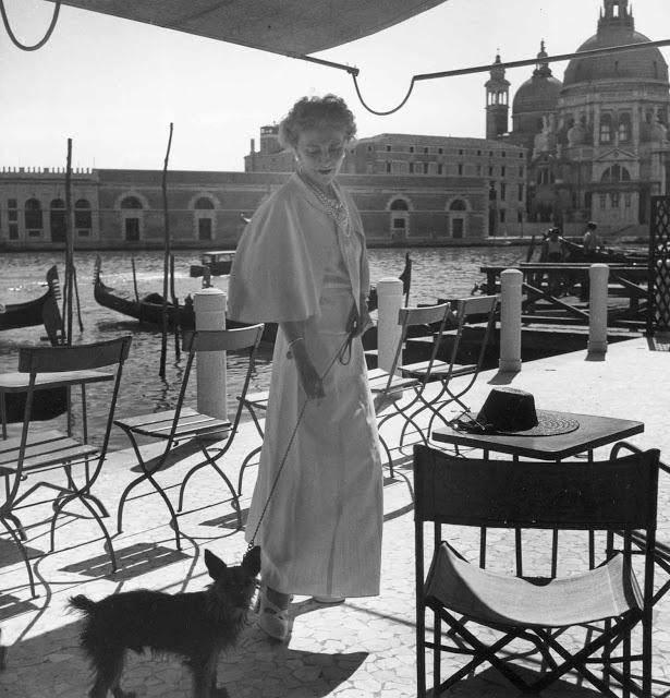 Misia Sert (1872-1950), l'amie des peintres, mécène des Ballets Russes, confidente de Diaghilew, au bord du Grand Canal (DR)