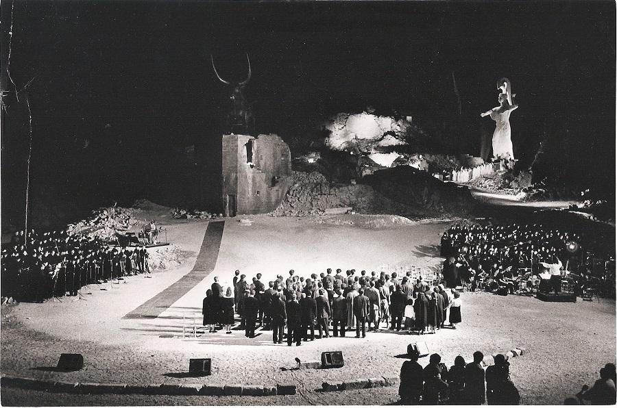 """1987. """"L'Oresteïa"""" à Gibellina. Spyro Sakkas, superbe soliste, participera aux exécutions de l'Opéra-Bastille (© F. Zecchin)"""