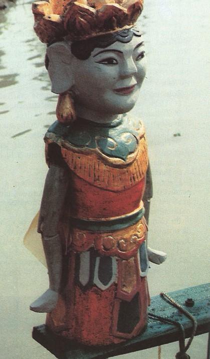Une des spécialités du Vietnam : les marionnettes sur eau, auxquelles Tran Van Khe a consacré un joli petit ouvrage publié par la Maison des Cultures du Monde.