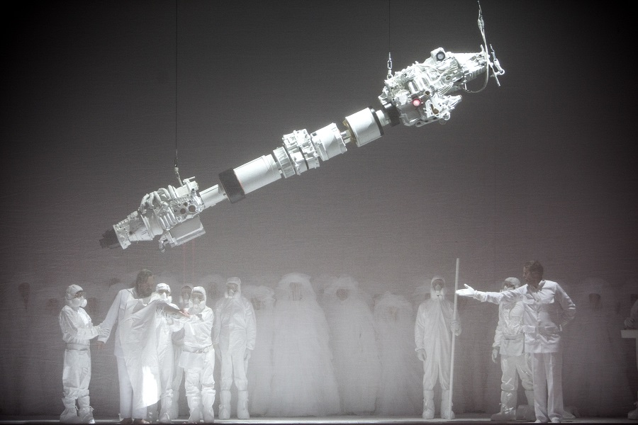 """Brouillard et machine infernale sur la scène de Bastille : ce """"Moïse et Aron"""", qu'Arnold Schoenberg n'avait pas imaginé © Opéra de Paris"""