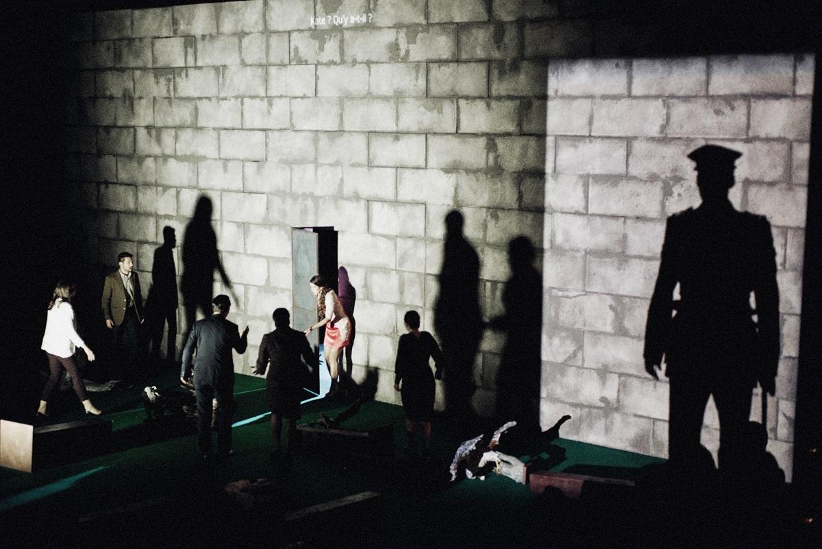 Derrière la porte, l'univers fantomatique de Britten… (© Studio j'adore ce que vous faites / OnP)