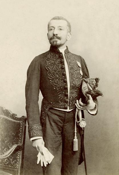 """Pierre Loti en 1882. Il occupe à l'Académie le fauteuil 13, détenu jadis par Racine, aujourd'hui par Simone Veil. Il eut droit à des obsèques nationales. """"Sic transit gloria mundi !"""" DR"""