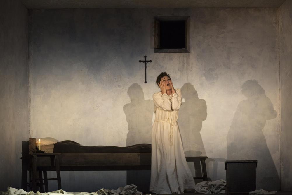 La très pieuse Sœur Susanna (Anna Caterina Antonacci) et ses hallucinations (© Elisa Haberer / OnP)