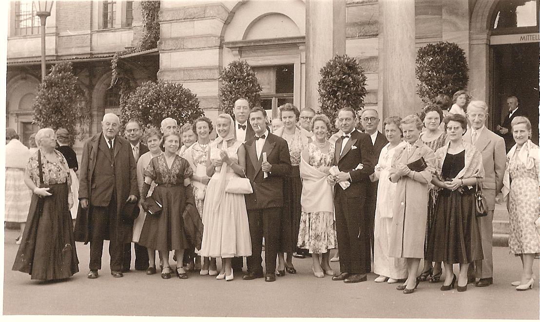 """Bayreuth/1957 - À l'un des entractes de la """"Tétralogie"""", en compagnie de mes Lyonnais…"""