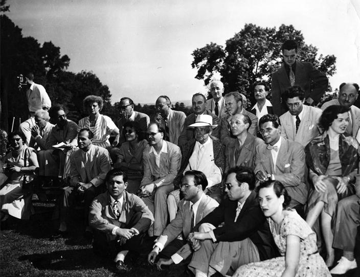 Serge Koussevitzky est l'homme au canotier (au centre de la photo), à sa droite : Olivier Messiaen – Aaron Copland et le jeune Leonard Bernstein à sa gauche DR