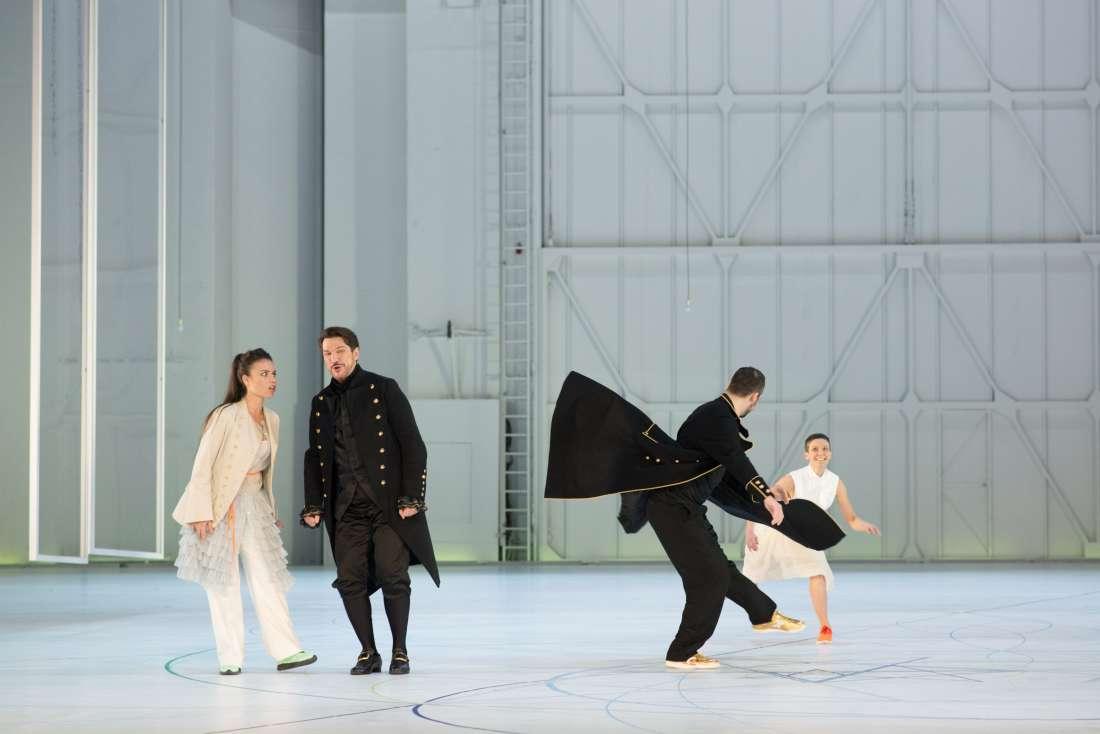 Les conspirateurs : le Don Alfonso de Paulo Szot (et de Simone Del Savio), la Despine de Ginger Costa-Jaskson (et de Maria Celeng) © Opéra de Paris
