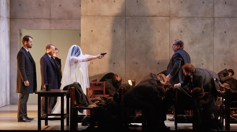Le révolver n'est pas d'époque, mais tout est permis dans les reconstructions... © Pierre Grosbois (Opéra-Comique)