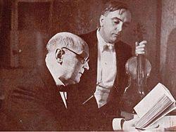 Une curiosité : cette photo de Georges Duhamel déchiffrant des sonates avec le violoniste Marius Casadesus (DR)