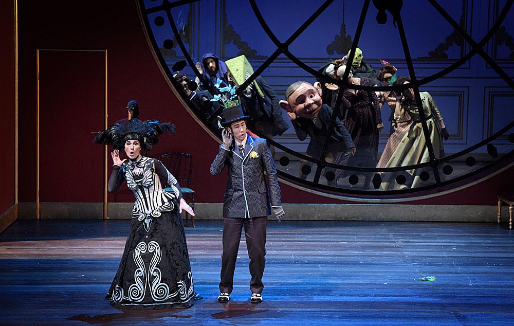 Le « Domino noir », une nouvelle réussite d'Olivier Mantei, l'actuel directeur de l'Opéra-Comique. Ici, l'Angèle de Anne-Catherine Gillet et l'Horace de Cyrille Dubois / © Vincent Pontet (Opéra-Comique)